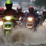 Hujan Bukan Alasan Bolos Kerja, Begini Tips Aman Mengendarai Motor Saat Hujan